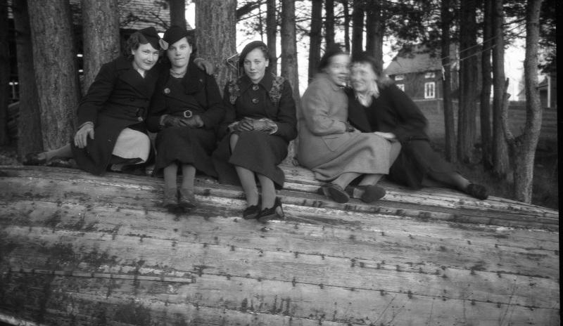 Fem damer