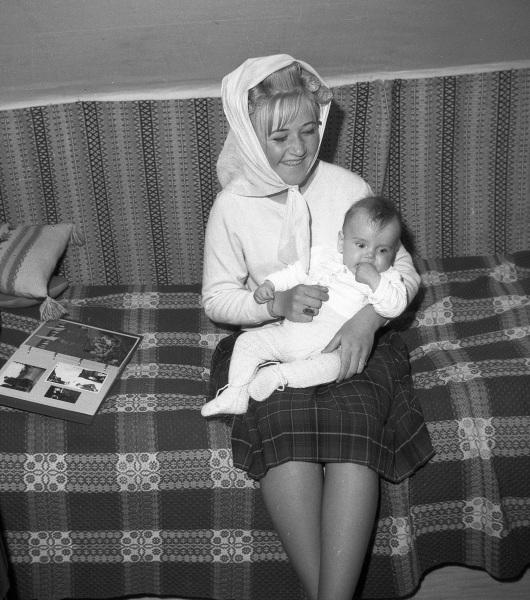 Flicka med baby