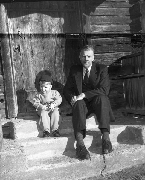Pojke och man på trappan