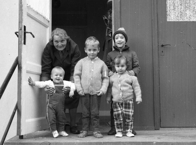 Lina med barnbarnsbarn och barnbarn