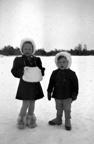 Två barn på promenad