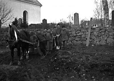 Vid kyrkogården