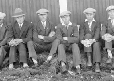 Sex män på rad