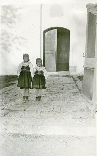 Alice och Berit i kyrkporten