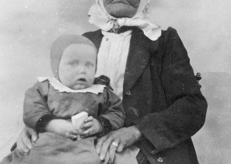 Gammal kvinna med litet barn