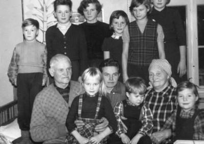 Håll Anders och Järk Karin med barnbarn
