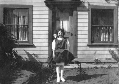 Flicka utanför hus