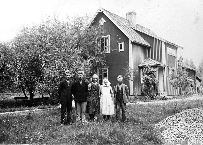 Påls Mats Ersson's Familj framför Pålsgard i Häradsarvet