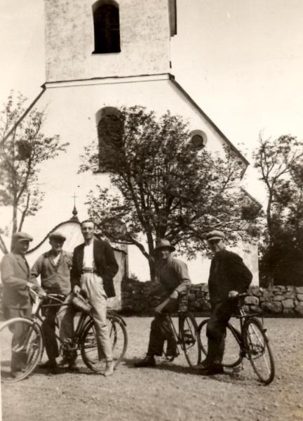 På cykel framför kyrkan