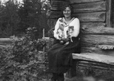 Kvinna med kattungar