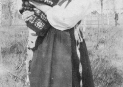 Ellen med litet barn på armen