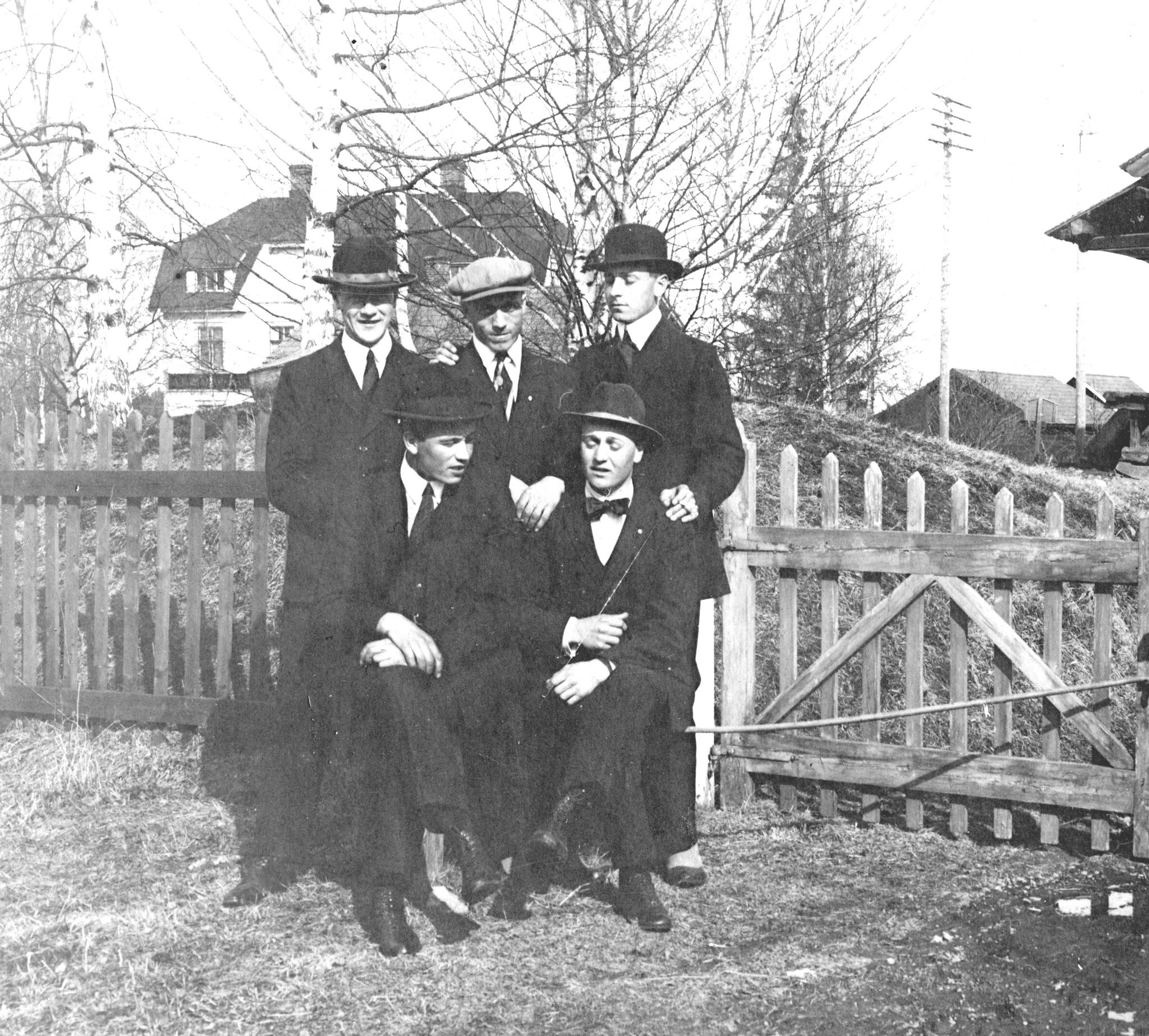 Fem finklädda män
