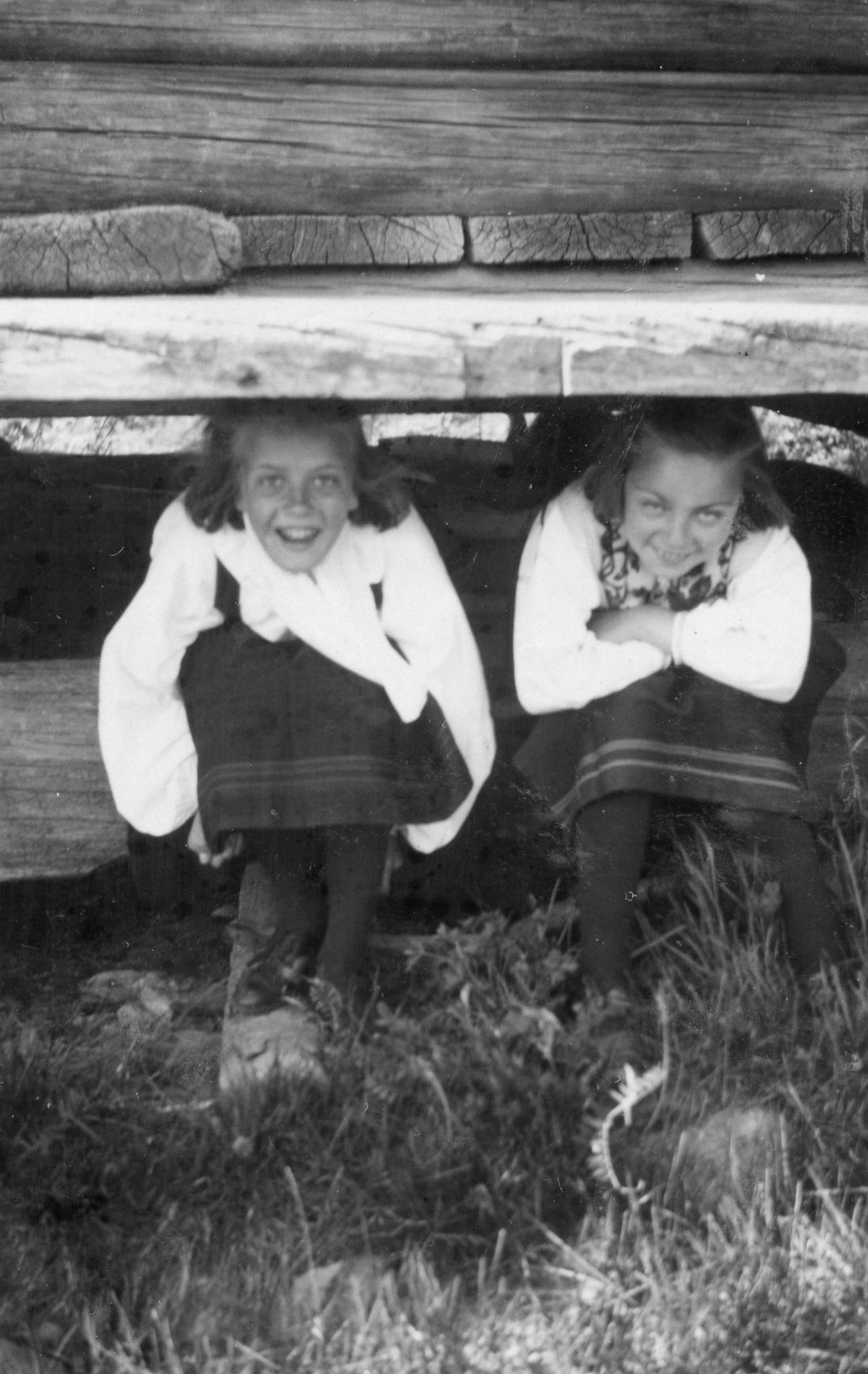 Astrid och Elsa under härbret