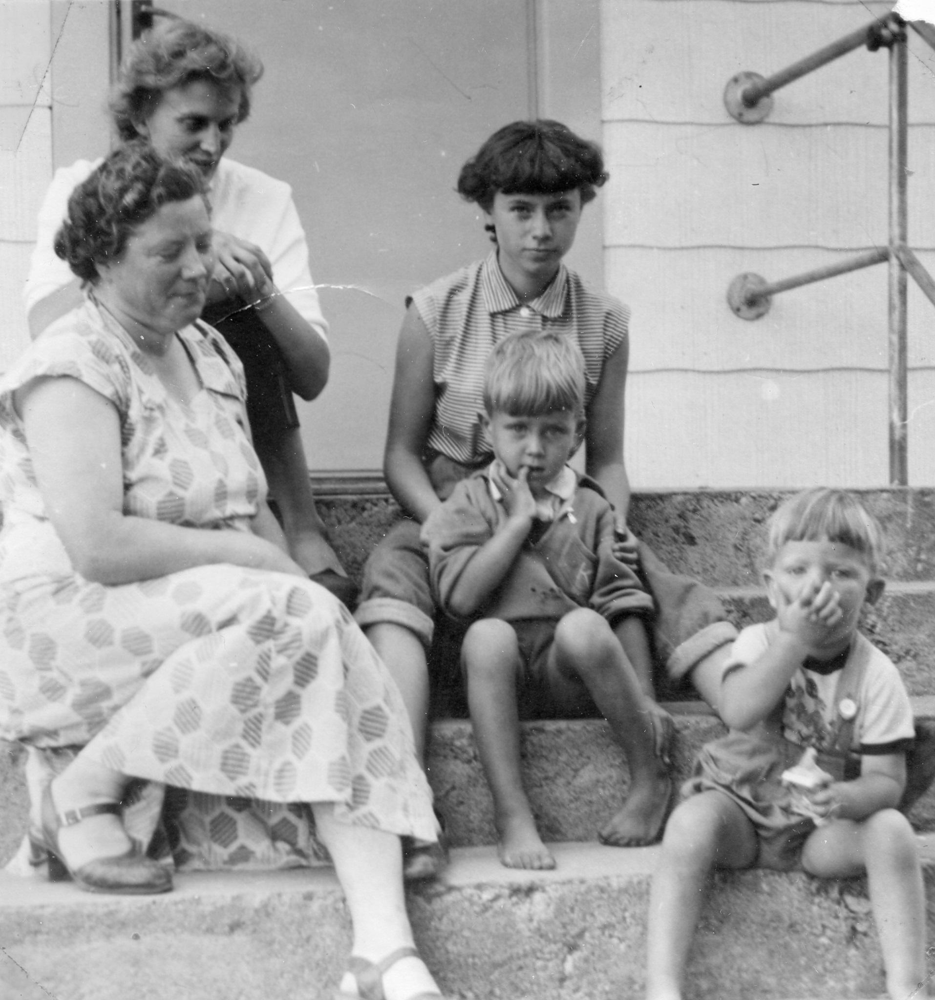 Tre kvinnor två barn