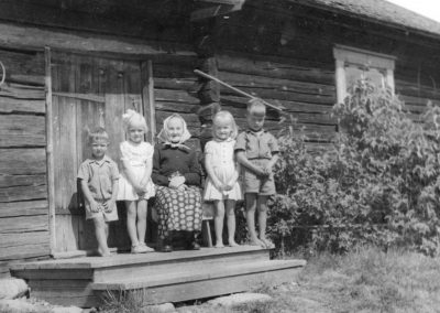 Kvinna och fyra barn