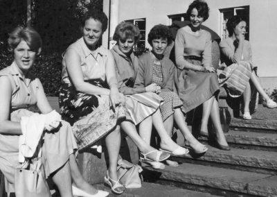 Kvinnor i en lång rad